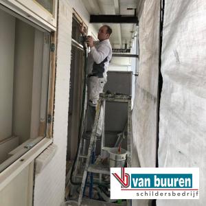 Van Buuren onderhoud bovenwoning Amsterdam met Boonstoppel acryl hoogglans RAL 9010 (kozijnen) en Sigma Allure gloss RAL 9001 (buitenmuur)