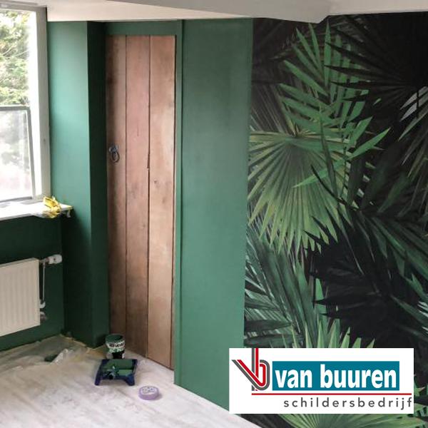 Van Buuren make-over zolderkamer; behang met print en schilderwerk